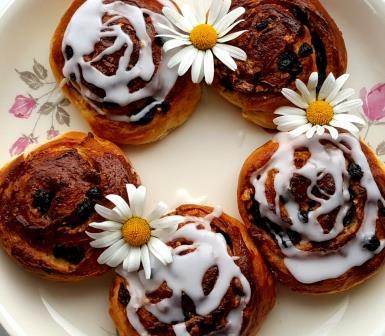 Cinnamon buns with raisins and almonds